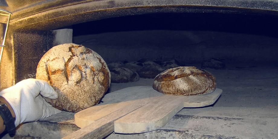 Traditionelles Brotbacken im Val d'Hérens