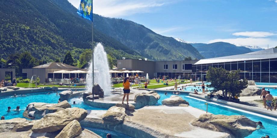 Outdoor indoor pool in brigerbad thermal bath brigerbad for Piscine thermal
