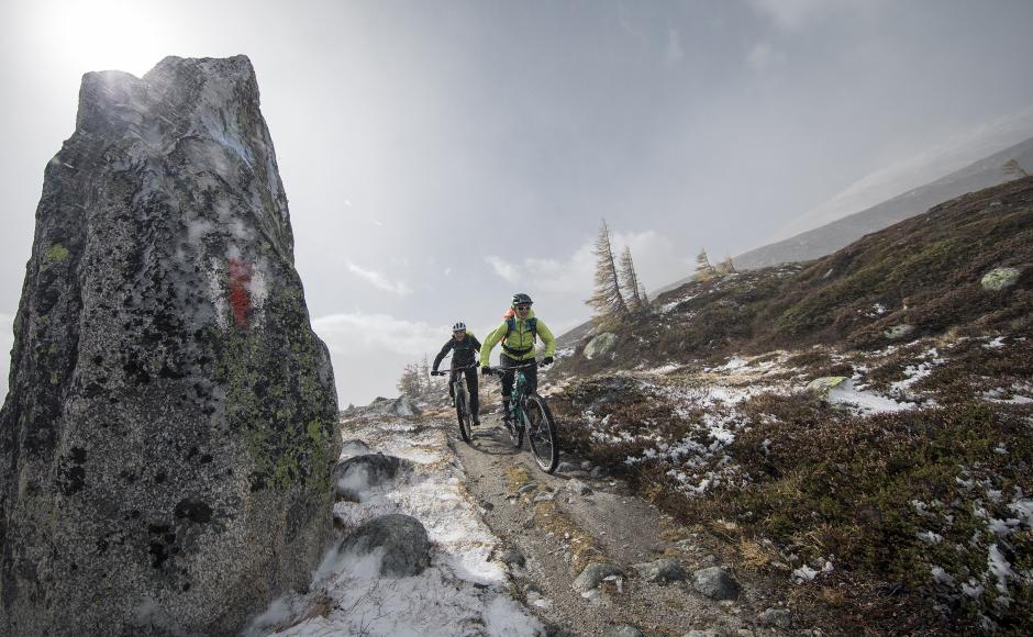 Mountainbiker auf Trails am Grimselpass, Wallis, Schweiz