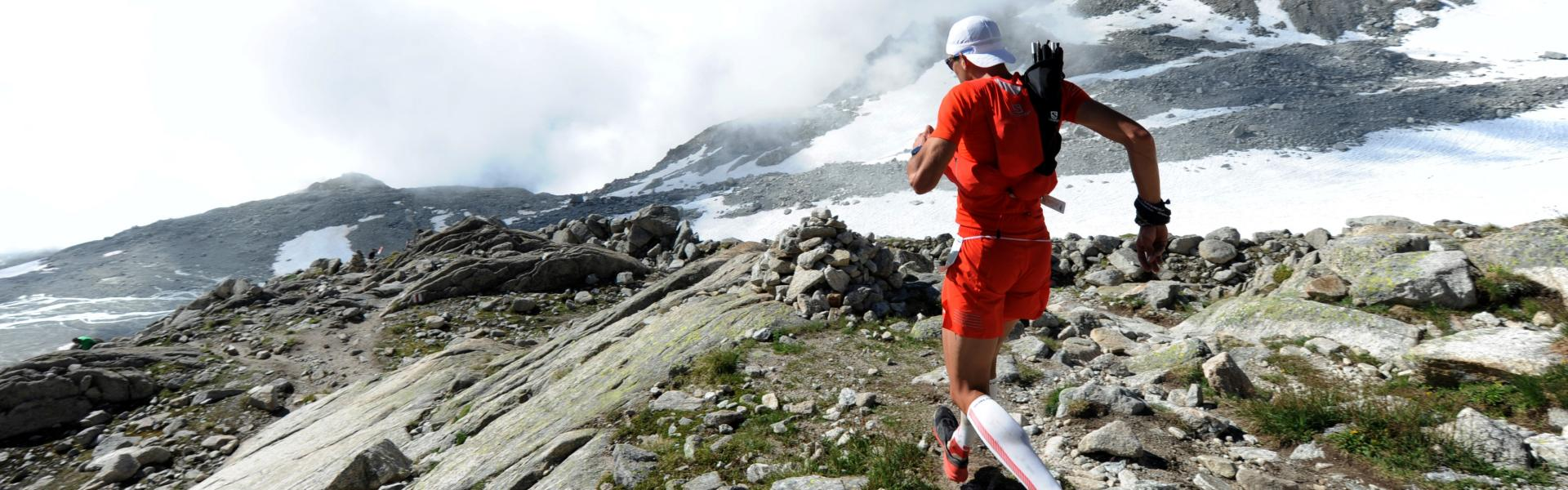 Jules-Henri Gabioud running down a Valais mountain. trail running Valais Wallis Schweiz Suisse