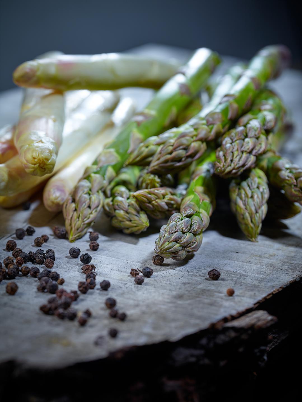 Salade colorée d'asperges vertes et blanches du Valais