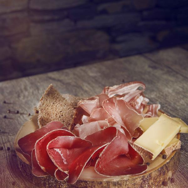Valaisan plate made of dried meat, raw ham, dry bacon and cheese, Valais Wallis, Schweiz Suisse