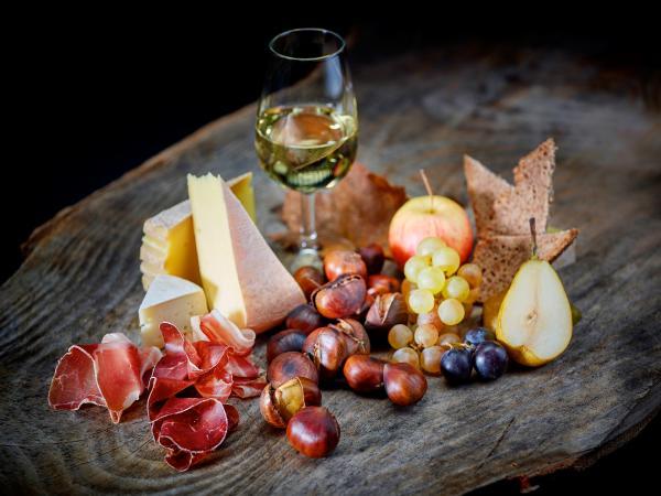 Brisolée, marrons chauds avec viande séchée, fromage et fruits, spécialité du Valais