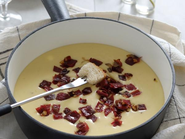 Rezepte Fondue mit Trockenfleisch-Crumble Valais Wallis Schweiz Switzerland Suisse