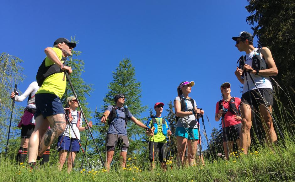 Jules-Henri Gabioud explains to his group the basics of trail running. Valais Wallis Schweiz Suisse