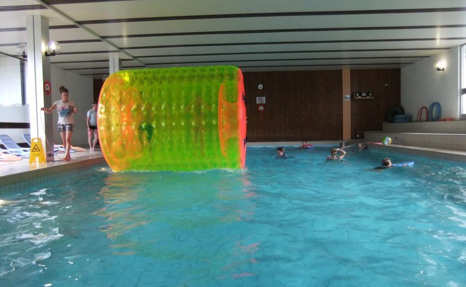 Am Donnerstag Am Endes Des Nachmittags, Können Sie Dank Roll Ball Auf Dem  Wasser Gehen. Wasserspiele Stehen Ebenfalls Zur Verfügung.